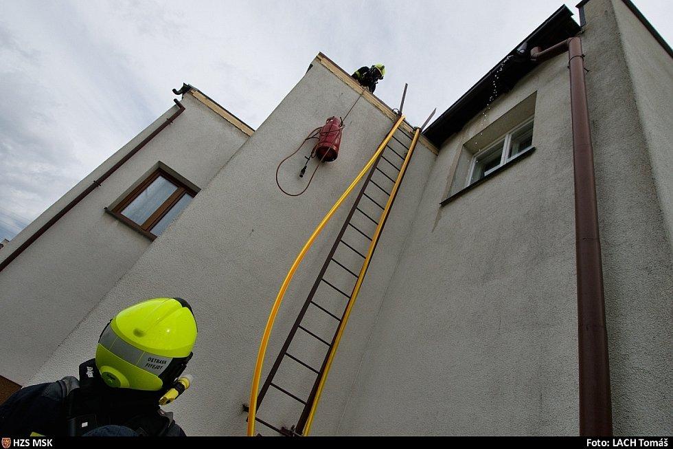 Požár střechy rodinného domu v Ostravě-Nové Bělé.
