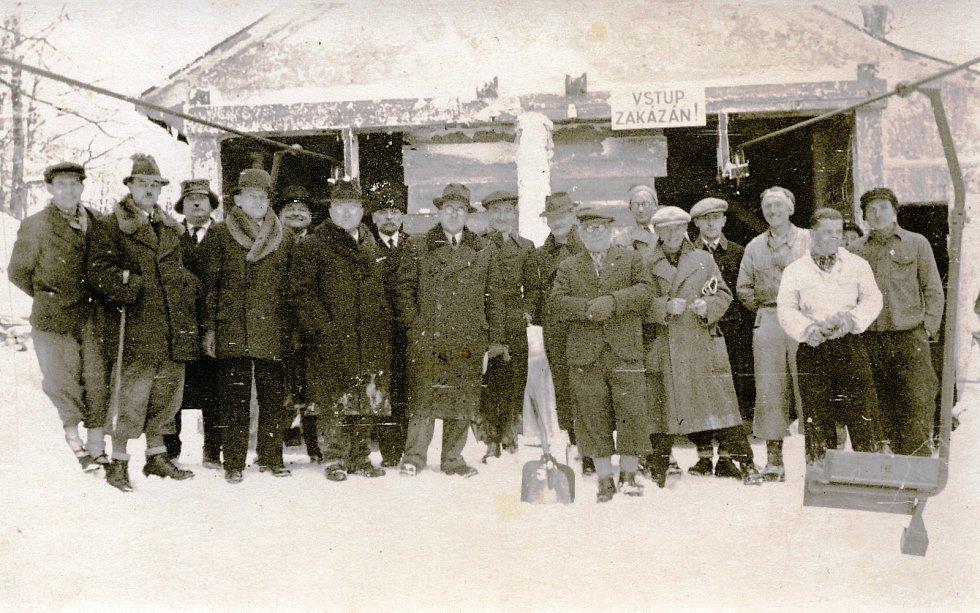 Kolaudační komise stavby lanovky z Trojanovic na Pustevny v roce 1943.