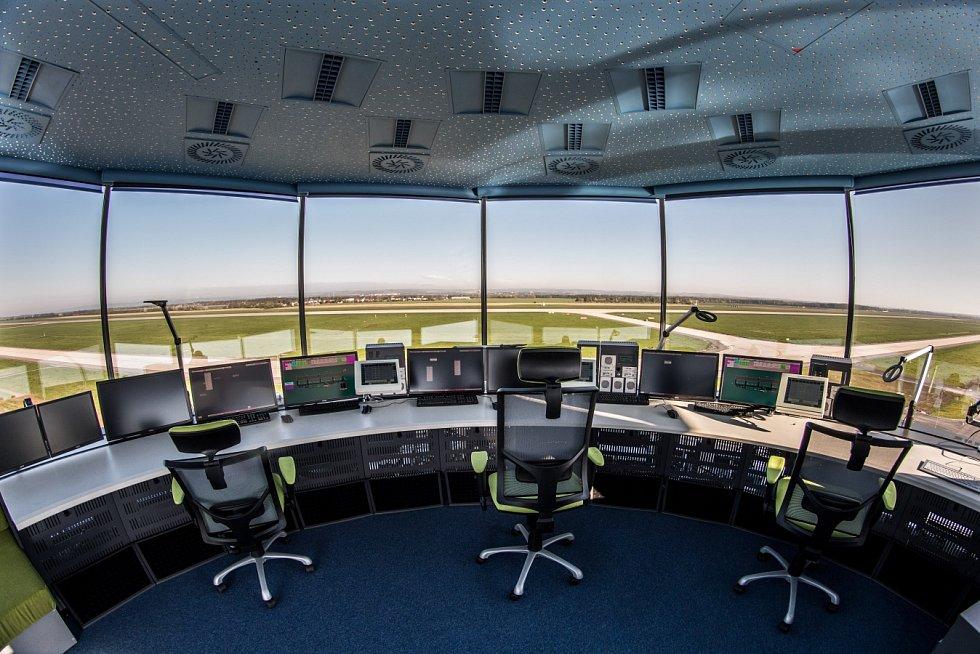 Oproti starému je nové stanoviště věže ŘLP umístěno na nejvyšším bodu nového provozního objektu a je v ideálním středu vzdáleností od obou konců dráhy.