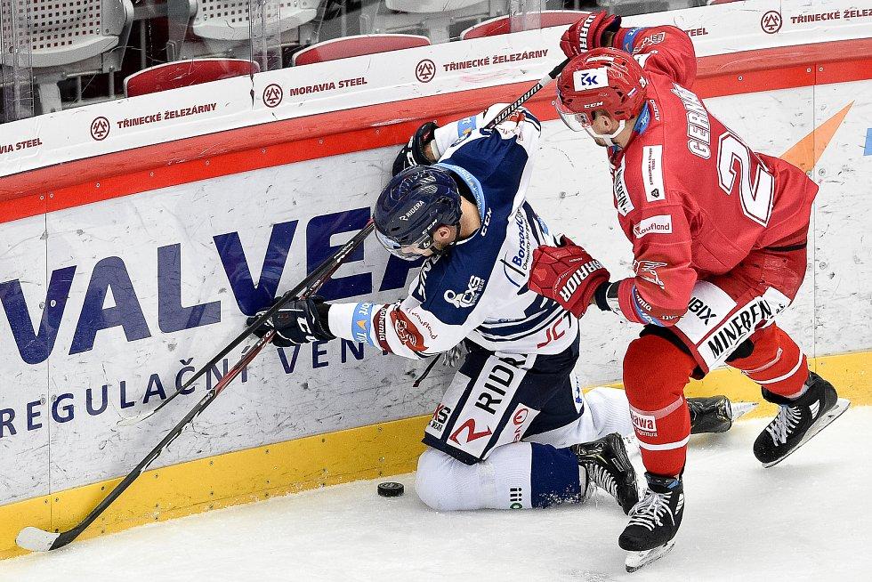 Utkání 3. kola hokejové extraligy: HC Oceláři Třinec - HC Vítkovice Ridera, 15. prosince 2020 v Třinci. (zleva) Marek Kalus z Vítkovic a Martin Gernát z Třince.