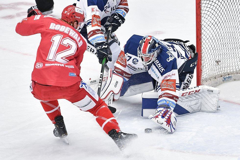 Utkání 42. kola hokejové extraligy: HC Oceláři Třinec - HC Vítkovice Ridera, 2. února 2021 v Třinci. (zleva) Wiliam Jack Rodewald z Třince a Brankář Daniel Dolejš z Vítkovic.