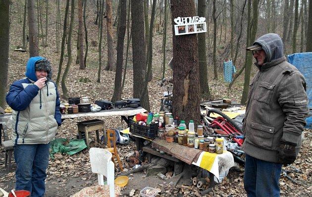 Domov připomíná nejen cedulka Home na stromě, bezdomovci tvrdí, že je zde lépe, než na ubytovně.