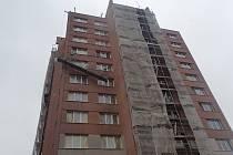 Dělníky, kterým se na fasádě panelového domu v Podroužkově ulici v Ostravě zasekla stavební lávka a plošina zůstala nebezpečně nakloněná mezi 7. a 8. patrem opravovaného domu, zachránili hasiči.
