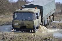 CVIČENÍ. Záložáci se zdokonalovali v řízení vojenské techniky.