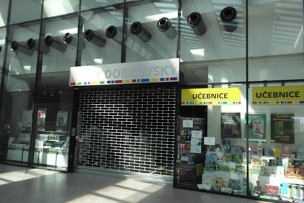 Zavřeno. Zatímco ostatní prodejny se v pondělí 10. května nejen v ostravském nákupním centru Forum Nová Karolina otevřely, mříže Knihy Dobrovský – s vyměněnými zámky – zůstávají stažené.