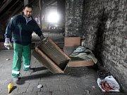 Obyvatelé ostravské osady Liščiny se o víkendu stejně jako loni pustili do velkého jarního úklidu.
