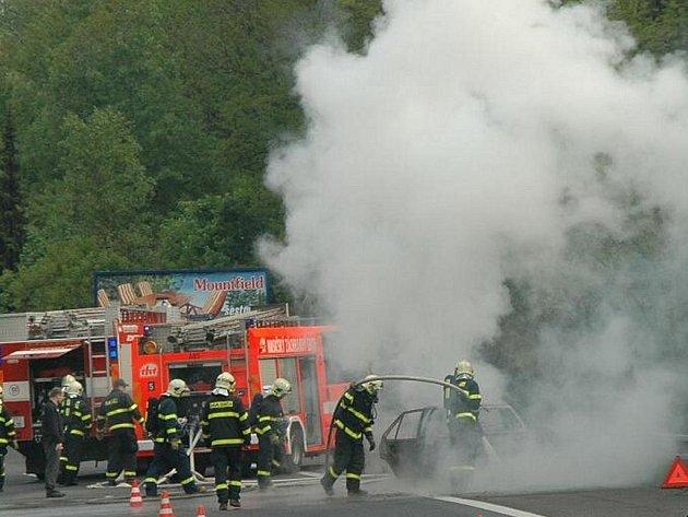 Hororovou situaci zažila osádka osobního vozidla značky Golf, které v pátek dopledne zachvátil požár. Stalo se tak u sjezdu z ulice Rudné mezi Havířovem a Ostravou.