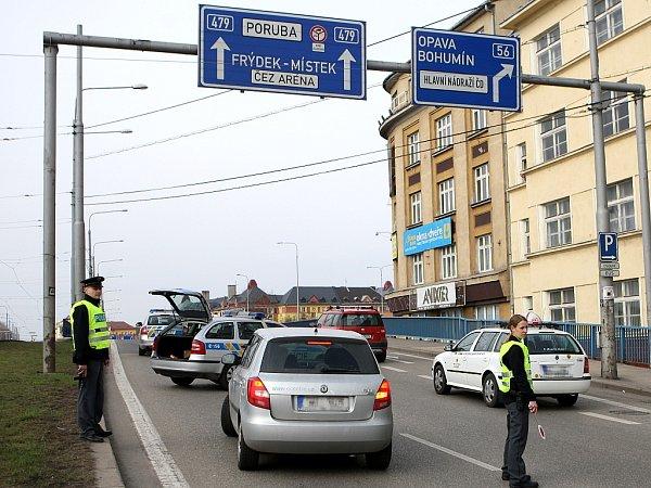 Policisté vneprůstřelných vestách a se samopaly vrukou obsadili ve čtvrtek dopoledne centrum města a všechny výpadovky vedoucí zOstravy.