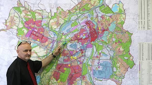 Mapa územního plánu města Ostravy, který byl vydán v roce 1994, je dominantou kanceláře Cyrila Vltavského, hlavního architekta města Ostravy (na snímku).