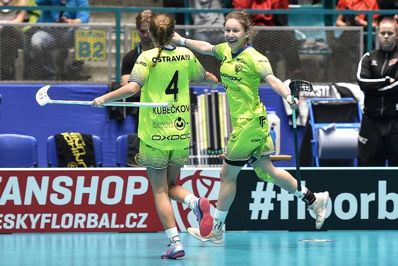 Pohár mistrů ve florbalu, o 3. místo (ženy): 1. SC Vítkovice - SB-Pro Nurmijarvi, 12. ledna 2020 v Ostravě. Na snímku (zleva) Michaela Kubečková a Dominika Buczek.