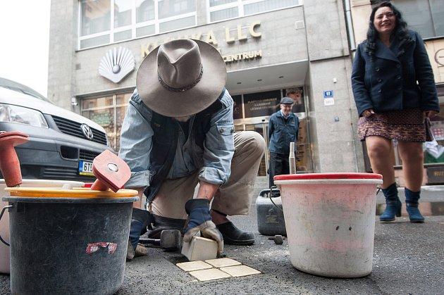 """Před domem ve Velké ulici číslo 12 v centru Ostravy byly ve čtvrtek odpoledne položeny další Stolpersteine"""", tedy kameny zmizelých."""