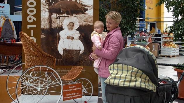 Výstava historických kočárků v ostravském Shopping parku