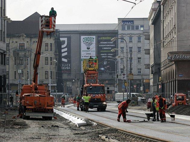 Pokládka kolejí a jejich zalití asfaltem jsou hotovy. Teď se práce přesunou do vozovky a k výstavbě nástupišť u zastávky Elektra.