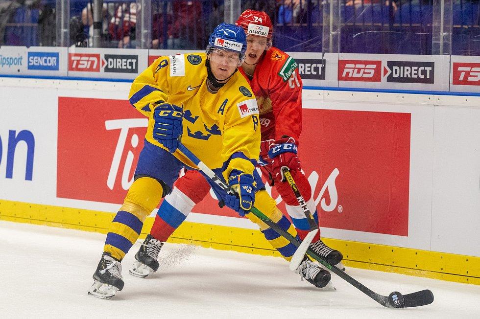 Mistrovství světa hokejistů do 20 let, semifinále: Švédsko - Rusko, 4. ledna 2020 v Ostravě. Na snímku (zleva) Rasmus Sandin (SWE), Nikita Alexandrov (RUS).
