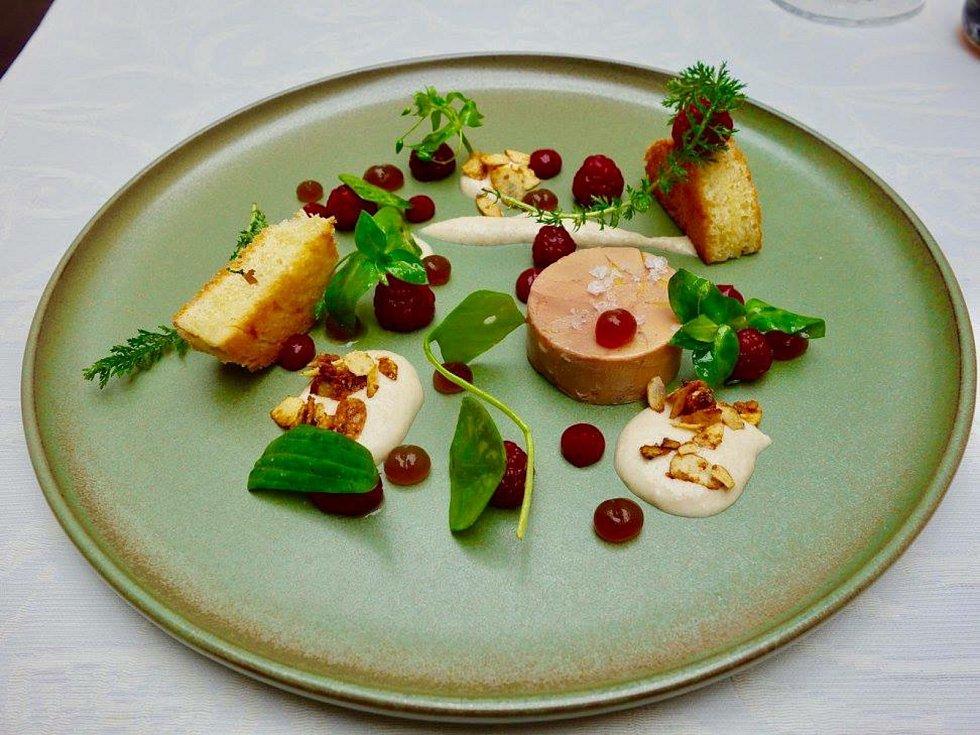 Pohádkový talíř. Jen takový může získat Michelinskou hvězdu. Talíř s menu šéfkuchaře, původně Ostraváka Daniela Georgieva, to dokázal.