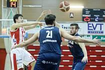 Basketbalisté NH Ostrava prohráli v sobotním utkání 11. kola nejvyšší soutěže v Hradci Králové 91:99. Na snímku v modré v předchozím duelu s Pardubicích.