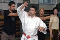 Ilustrační snímek z nácviku sebeobrany