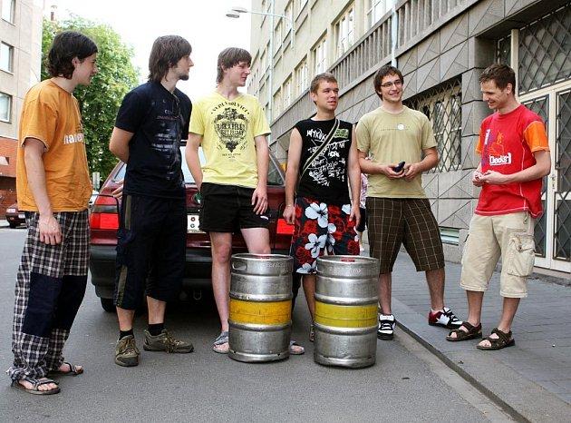 Maturanti s 8.A Gymnázia Volgogradská, vítězové soutěže v roce 2008, si přijeli do redakce Moravskoslezského deníku pro výhru