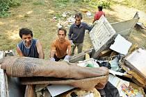Při úklidu přiložili ruku k dílu i místní. Nepořádek a vysekaná zeleň z okolí domů v ulici Jílové v Přívoze zaplnil tři kontejnery.