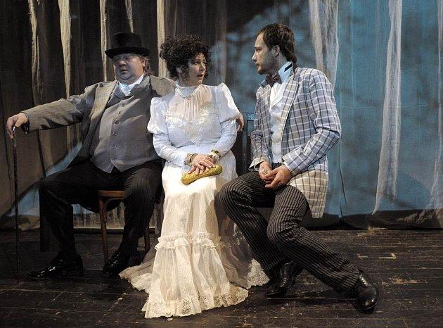Norbert Lichý, Alena Sasínová-Polarczyk a Josef Kaluža v inscenaci Višňového sadu v ostravské Komorní scéně Arena