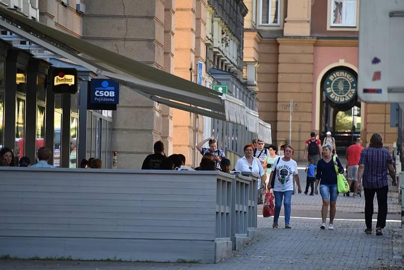 Na nedaleké Hlavní třídě v Ostravě-Porubě pulzoval běžný život.