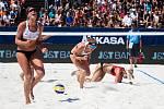 Ženy: Zápas o 3. místo USA - Nizozemsko. FIVB Světové série v plážovém volejbalu J&T Banka Ostrava Beach Open, 2. června 2019 v Ostravě. Na snímku (zleva) Sanne Keizer (NED), Madelein Meppelink (NED), Kerri Walsh Jennings (USA).