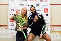 Na mistrovství ČR squashistů v Ostravě Anna Serme a Daniel Mekbib obhájili své tituly a na prstech ukazují, kolik už jich mají celkem.