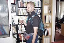 Když  Michal Simon vyráží na cesty, bere si s sebou svůj reportérský batoh.