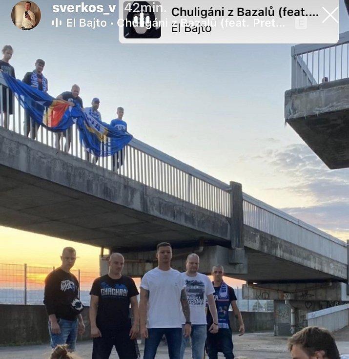 Snímek z natáčení klipu zveřejnil na svém instagramovém účtu i hráč Baníku Václav Svěrkoš.