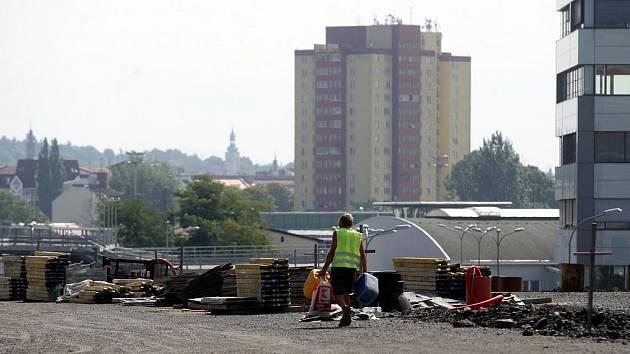 Prodloužená Místecká, která má napojit dálnici D47 na centrum Ostravy, je takřka před dokončením. Otvírat se měla v lednu příštího roku. Ministr dopravy Vít Bárta ale rozhodl, že se zde s výstavbou kvůli úsporným opatřením skončí.