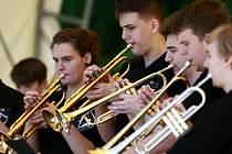 Trubači hráli na Hlavní třídě v Ostravě-Porubě.