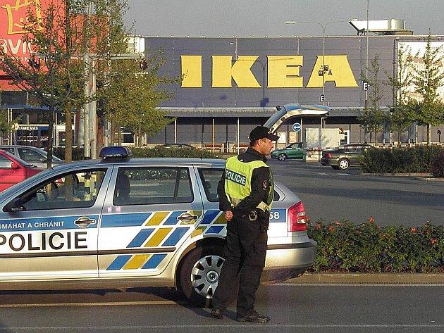 Policisté kvůli bombové hrozbě uzavřeli v pátek v podvečer parkoviště před obchodem IKEA v ostravském Avon Shopping Parku. Z IKEA i blízkých obchodů evakuovali stovky lidí.