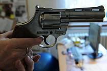 Tento revolver našel desetiletý chlapec na zastáce ve Slezské Ostravě.