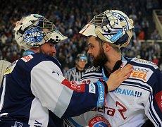GRATULACE. Gólman Vítkovic Patrik Bartošák (vpravo) se loučí po konci série s brněnským kolegou Markem Čiliakem.