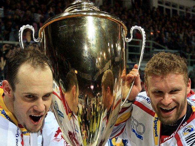 BUDE ZNOVU SLAVIT? Hokejový obránce Lukáš Krajíček (vlevo) se takhle radoval v dresu Ocelářů po sezoně 2010/2011 s útočníkem Martinem Růžičkou z titulu.