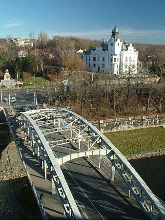 Most Miloše Sýkory smontovaly Vítkovické železárny vroce 1913.Jde opozoruhodnou stavbu opředenou legendami, která je chráněnou technickou památkou.