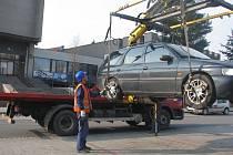 Blokové čištění začalo v osm hodin ráno, už o několik minut později odtahovka technických služeb nakládala první vůz.