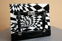 Černobílou kabelku od světoznámé návrhářky Blanky Matragi darovala do Kabelkového veletrhu Deníku manželka šéfa strojírenských Vítkovic Liběna Světlíková.