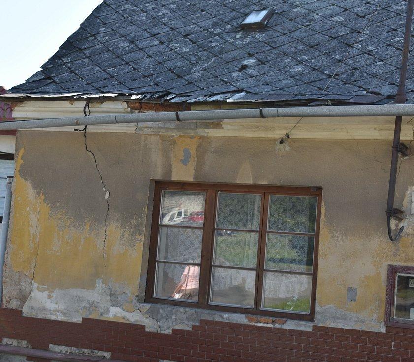 Dům, v němž útočníci bydleli, působí zpustle. Nyní zde žije jiná rodina.