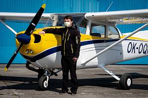 Slezský aeroklub Zábřeh u Dolního Benešova se také registroval do projektu Piloti lidem. Na snímku Viktor Haladěj, jeden z pilotů.