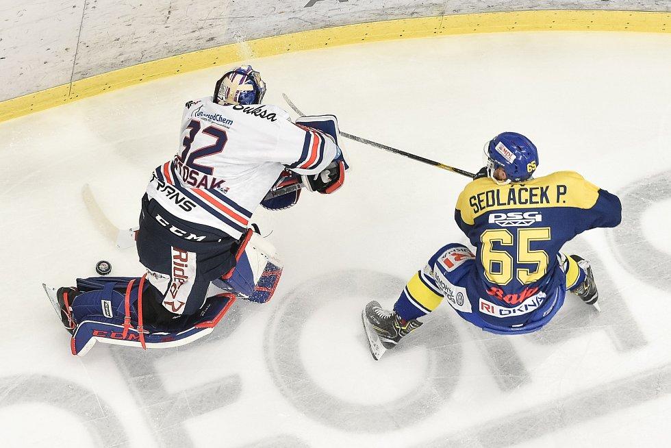 Utkání 32. kola hokejové extraligy: HC Vítkovice Ridera - PSG Berani Zlín, 4. ledna 2019 v Ostravě. Na snímku (zleva) brankář Vítkovic Patrik Bartošák a Sedláček Pavel.