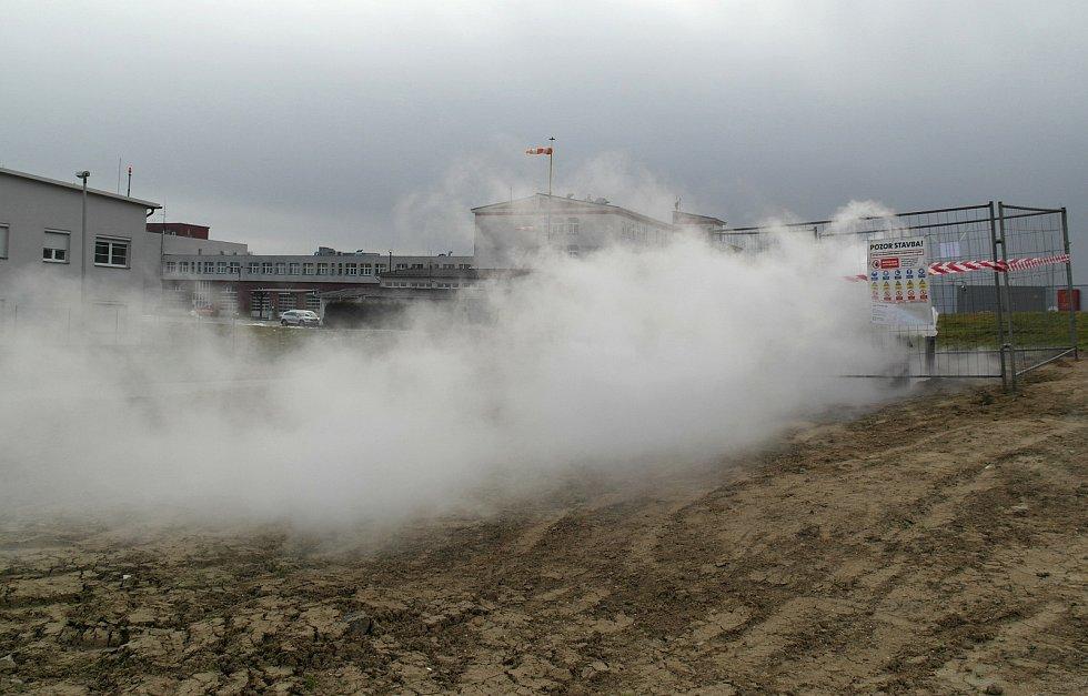 """Veřejnost už si dělá z """"jevu"""" mezi Avion Shopping Parkem a sídlištěm Zábřeh – Pískové doly legraci, pára vesele uchází dále."""