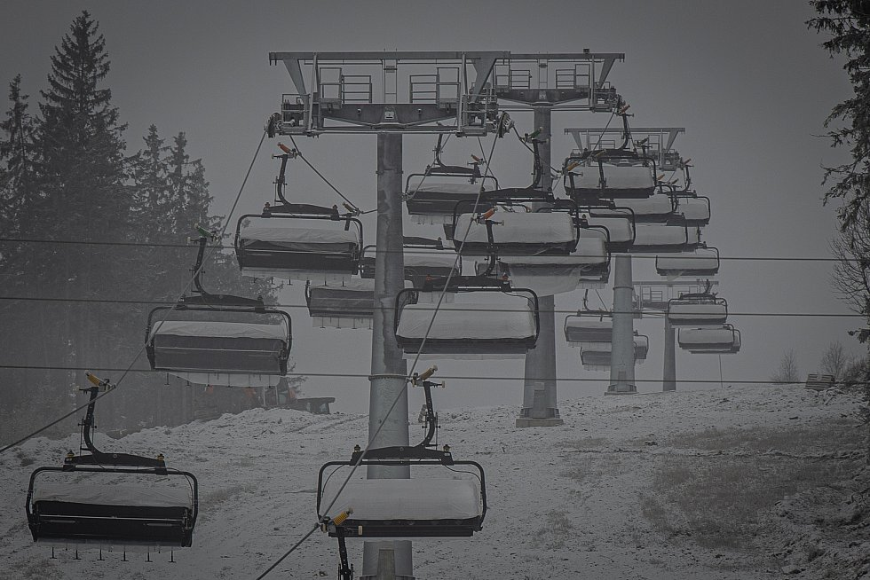 V horském areálu Kraličák na úpatí Králického Sněžníku se uskutečnily drážní zkoušky nejmodernější šestisedačkové lanovky v Česku od firmy Doppelmayr-Garaventa, modelu D-Line, 11. prosince 2020.