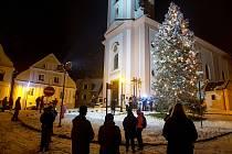 Vystoupení s vánočními písněmi na náměstí u kostela sv. Jana Pavla Nepomuckého. 29. listopadu 2020 ve Štramberku.
