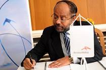 Předseda představenstva a generální ředitel ostravské huti ArcelorMittalu Augustine Kochuparampil při podpisu kolektivní smlouvy.