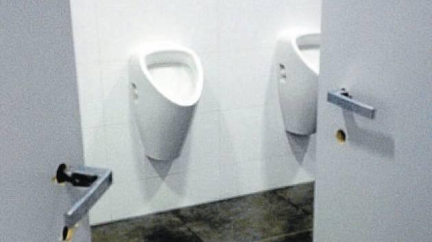 Zamknout se v kabinkách pánského WC v rekonstruovaném atriu FNO nejde chybí kování všech dveří, kliky však kupodivu zůstávají.