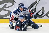 Utkání 3. kola hokejové extraligy: HC Vítkovice Ridera - Bílí Tygři Liberec, 20. září 2019 v Ostravě. Zleva Lukáš Vopelka z Vítkovic a Jan Šír z Liberce.