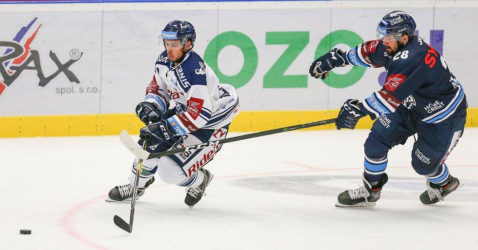 Utkání 3. kola hokejové extraligy: HC Vítkovice Ridera - Bílí Tygři Liberec, 20. září 2019 v Ostravě. Zleva Jozef Baláž z Vítkovic a Rostislav Marosz z Liberce.