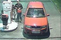 Poznáte muže, který u čerpací stanice ukradl benzin?