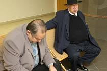Jan Lípa (vpravo) na chodbě soudu. Na snímku s Josefem Stojkou, který v době incidentu Lípu doprovázel.